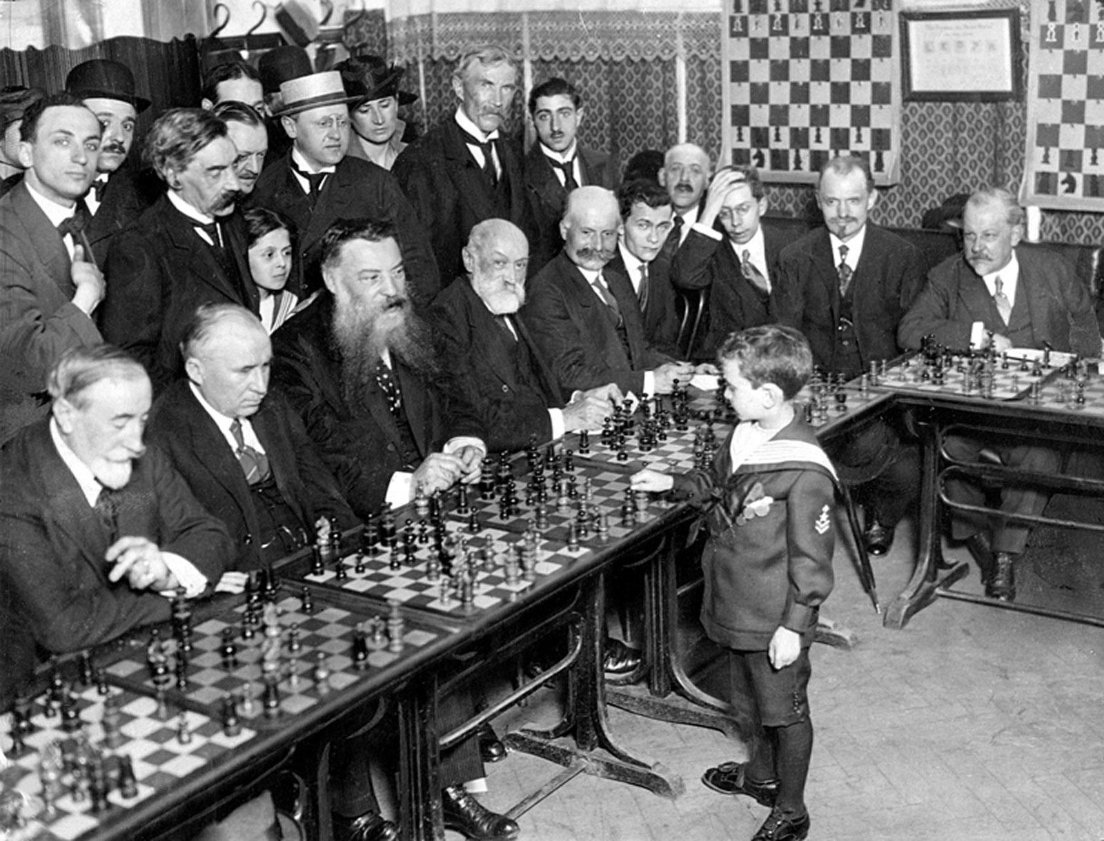 Jovem jogando xadrez